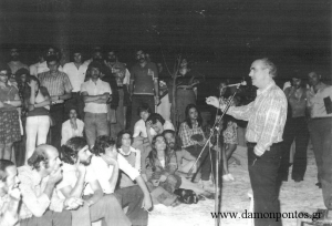 Ομιλία του Ανδρέα Παπανδρέου στο Καστρί (από το προσωπικό αρχείο του Δαμιανού Βασιλειάδη)